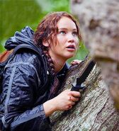 Katniss-cutting-Tracker-Jacker-Hive-The-Hunger-Games (2)