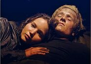 Katniss-and-Peeta-Cuddle-The-Cave-Scene-The-Hunger-Games (2)