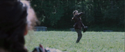 Clove wirft ein Messer nach Katniss