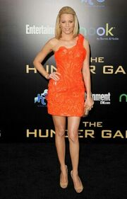 Elizabeth-Banks-in-Atelier-Versace-at-Hunger-Games-Premiere-320x500
