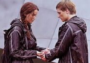 Katniss-and-Peeta-Berries-Scene (2)