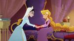 Cassandra muntert Rapunzel auf
