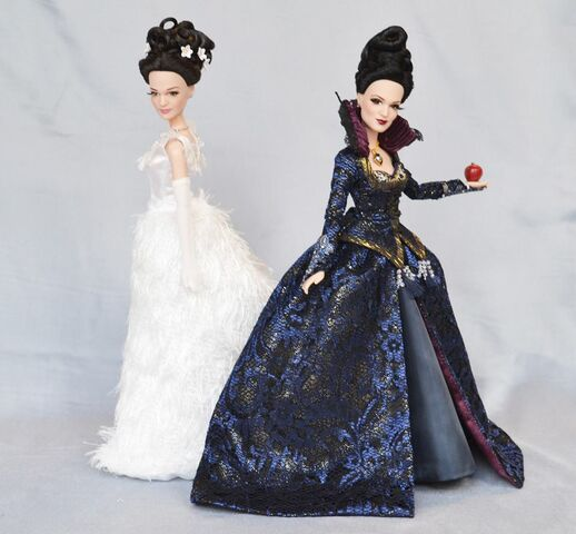 File:OUAT Snow White and The Evil Queen Dolls.jpg