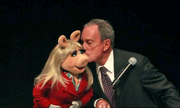 File:Kiss-MOMI-Piggy&Bloomberg-(2013-05-21).png