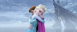 Anna und Elsa umarmen sich