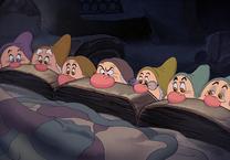 Enanitos tras cama
