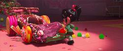 Vanellope bewundert ihren neuen Rennwagen