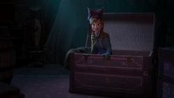 Anna beim Durchsuchen der Kiste