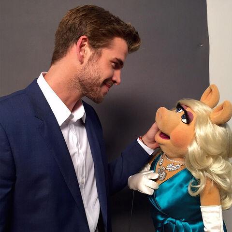 File:Liam Hemsworth with Miss Piggy.jpg