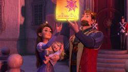Der König und die Königin von Corona lassen eine Laterne in den Himmel aufsteigen