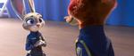 Judy memegang lencana Nick