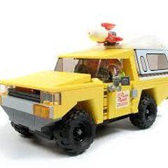Ciężarówka Pizza Plnaet w klockach LEGO.