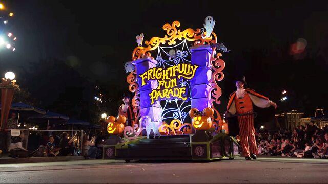 File:Frightfully fun parade disneyland.jpg