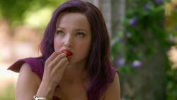 Mal probiert eine Erdbeere