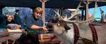 Kristoff füttert Sven eine Karotte
