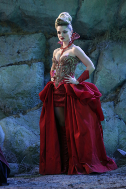 Once Upon a Time in Wonderland - 1x01 - Down the Rabbit - Photography - Red Queen