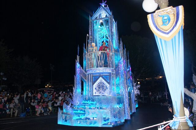File:Paint the Night Parade Frozen.JPG