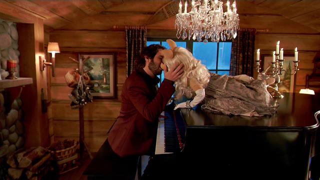 File:TheMuppets-S01E02-MissPiggy&JoshGroban-Kiss.png