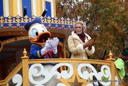 Macys-Thanksgiving-Day-Parade-Donald-Duck-LeAnn-Rimes