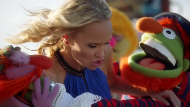 File:TheMuppets-S01E06-EM-OutsideFighting04.png