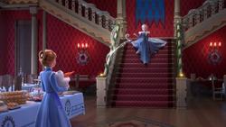 Anna, Elsa und Olaf im Saal der Weihnachtsfeier