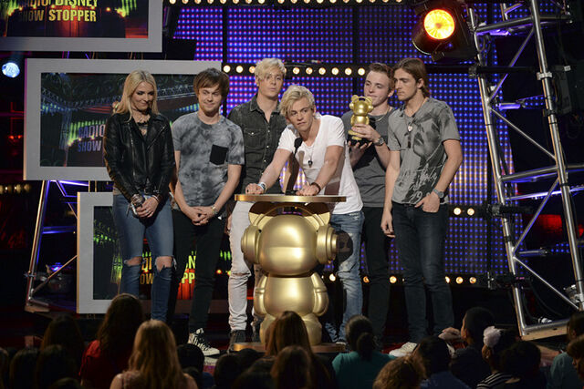 File:R5-Wins-Show-Stopper-Award-at-the-RDMAs.jpg