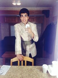 Foto do ator Dejan Loyola como aziz