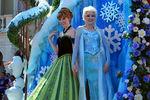 Elsa-and-Anna-Frozen-Fantasy-Pre-Parade-frozen-37469934-500-281