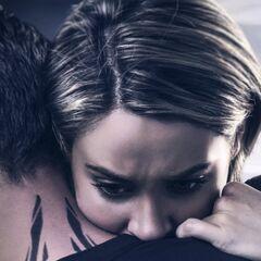 Tris abrazando a Cuatro