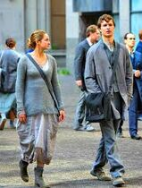 Tris y Caleb en Abnegación