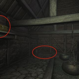 Слева— шкатулка, справа— люк в погреб