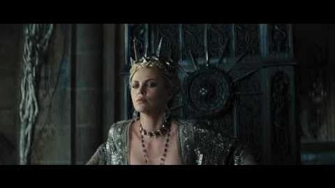 Blanca Nieves y El Cazador Vídeo Clip - ¿Querías asesinar a tu Reina? (Latino)