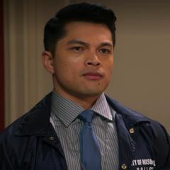 Detective Rudy Cruz (Vincent Rodriguez III) en <a href=