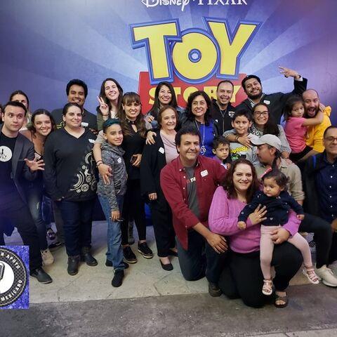 Elenco de doblaje de Toy Story 4, con <a href=