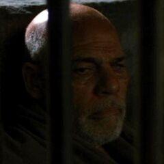 Prisionero ciego (ex doctor de la prisión) en <a href=