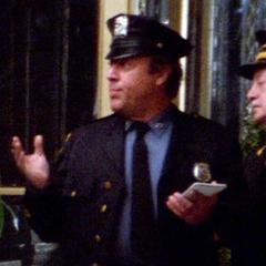 Policía afuera del edificio en <a href=