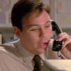 Policía con teléfono en el doblaje original de <a href=