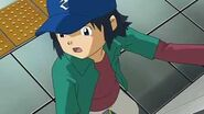 Koichi no logra alcanzar el Elevador por lo que toma las escaleras pero resbala - Latino