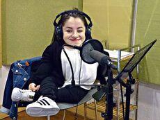 Camila Herrera grabando voz en estudios Chile