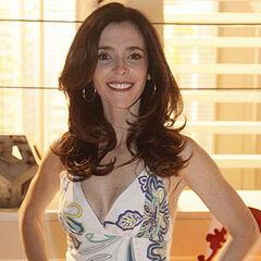 También ha doblado a la actriz brasileña <a href=