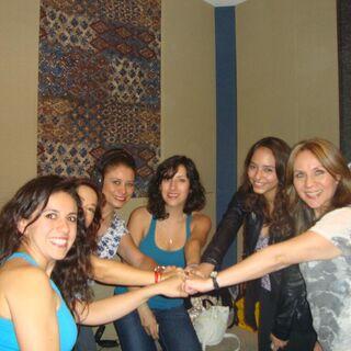 Maggie Vera, Analiz Sánchez, Elsa Covian, Claudia Motta, Carla Castañeda y Melissa Gedeón al finalizar el doblaje. (08/07/13)