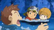 Takuya y a sus amigos se lanzan al rio para salvarse de los Candlemon - Latino