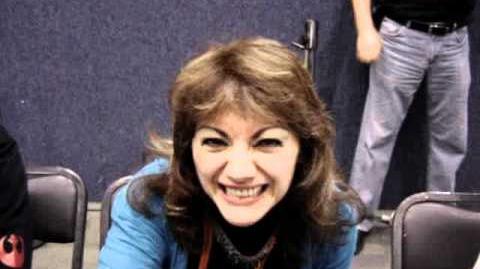 Mónica Manjarrez saludando como la Nana Fine
