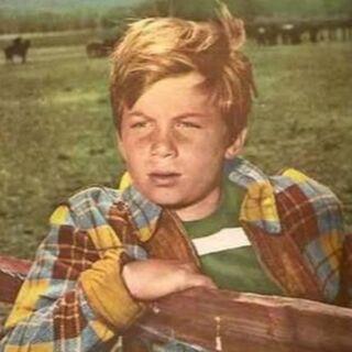 Joey Newton (Bobby Diamond) en <a href=