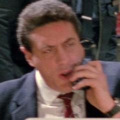 Policía al teléfono en el doblaje original y en el primer redoblaje de <a href=