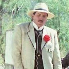 Hombre del sombrero de Panamá (adulto) en el redoblaje de <a href=
