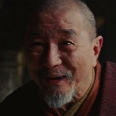 Anciano en templo en<a href=