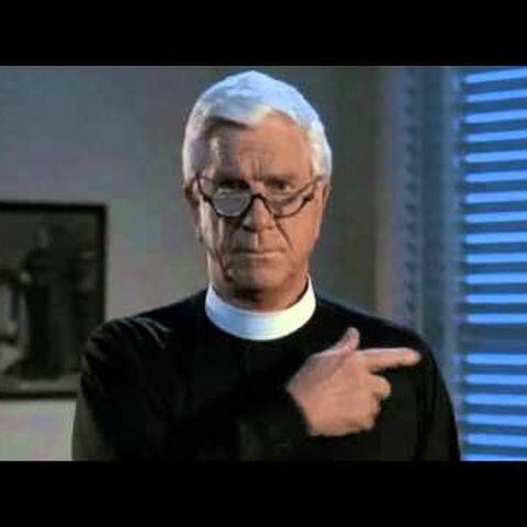 Padre Jedediah Mayii (Leslie Nielsen) en <a href=