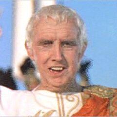 Emperador Tiberio en el doblaje de <a href=