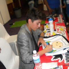Firmando autógrafo en mochila